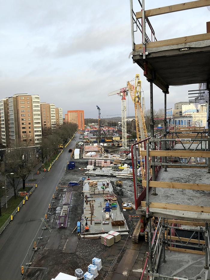 Bild över byggarbetsplats, från en balkong